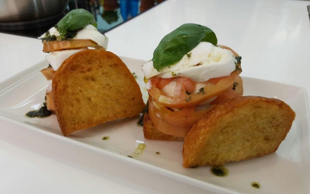 Caprese sfiziosa con salsa all'origano e pane fritto