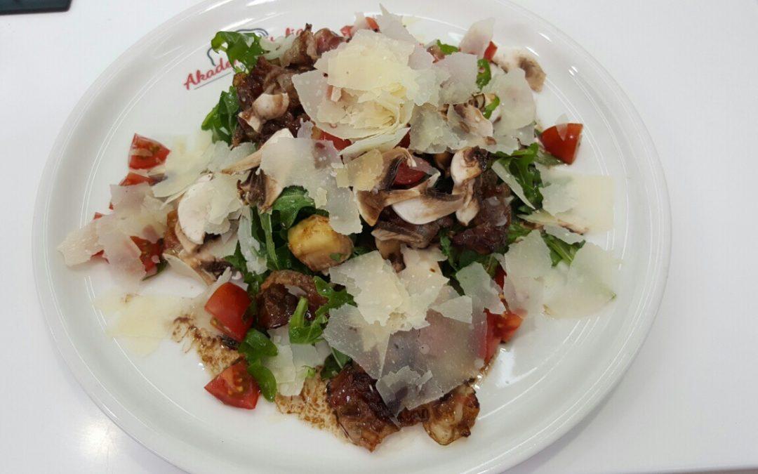Insalata di funghi freschi, rucola, Parmigiano e pancetta croccante al balsamico