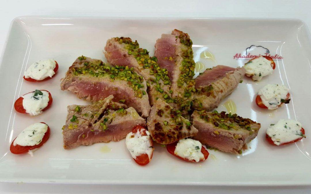 Mille foglie di tonno in crosta di pistacchi con pesto al basilico e pomodorini al forno farciti di formaggio fresco