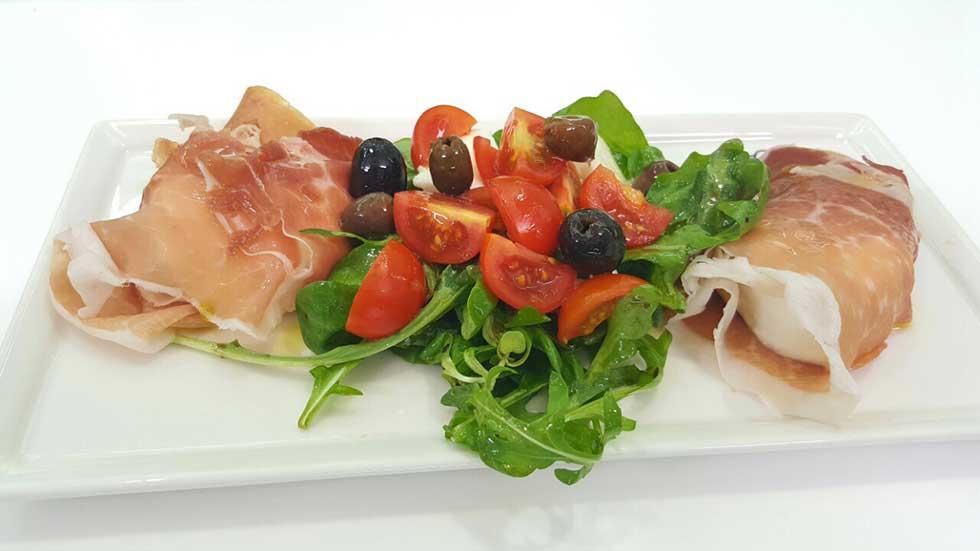 Involtini di prosciutto di Parma, mozzarella di buffala e insalate di pomodorini e olive
